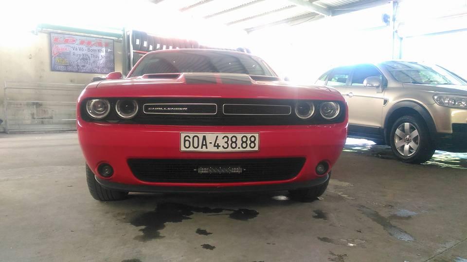 Sau vô lăng của Dodge Challenger SXT hàng hiếm tại Đồng Nai là một cô gái rất xinh
