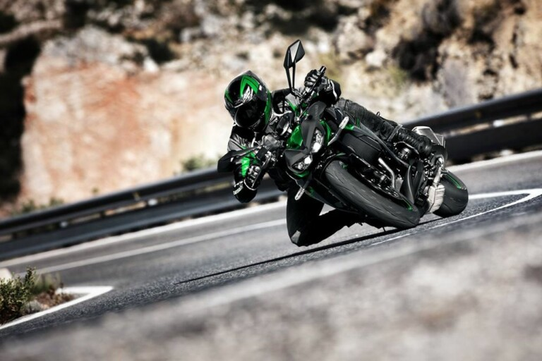 Kawasaki Z1000 R 2020 sẽ được bán ra từ tháng 11 năm nay với giá từ 13.500 USD tại Nhật. Tại Việt Nam, Z1000 R đời hiện hành đang được bán với giá 439 triệu đồng.